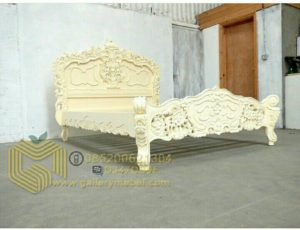 Tempat Tidur Klasik Ukiran